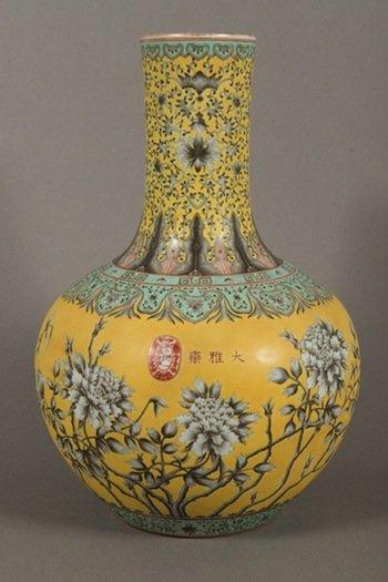 Lot 423 Guangxu Period Dayazhai Grisaiile Decorated Bottle